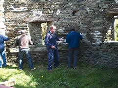 Learning to use lime mortar. Pointing rubble-stone with TLC